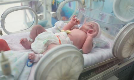 Image of a premature baby in icu.